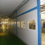 Ekran akustyczny ciągu pieszego w hali produkcyjnej
