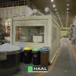 Kabina akustyczna operatorska na hali produkcyjnej